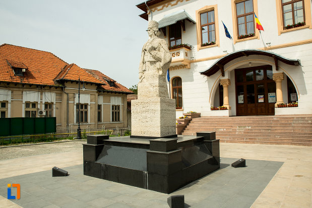 statuia-lui-tudor-vladimirescu-din-slatina-judetul-olt-pozata-din-lateral-fata.jpg