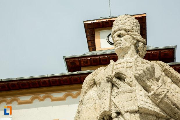statuia-lui-tudor-vladimirescu-din-slatina-judetul-olt-vazuta-de-jos.jpg