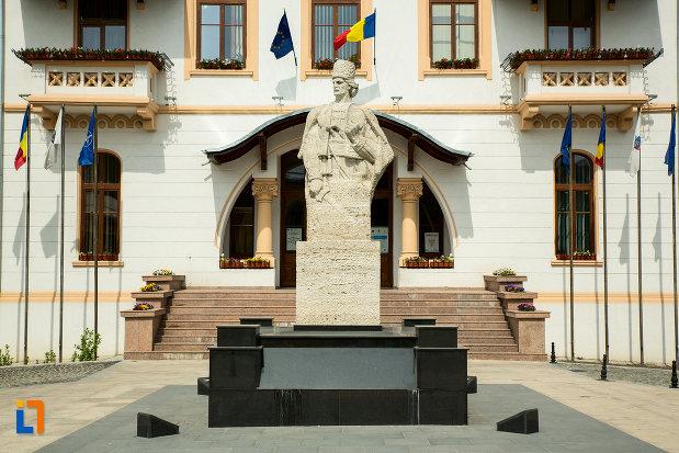 statuia-lui-tudor-vladimirescu-din-slatina-judetul-olt.jpg