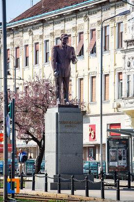 statuia-lui-vasile-goldis-din-arad-judetul-arad.jpg