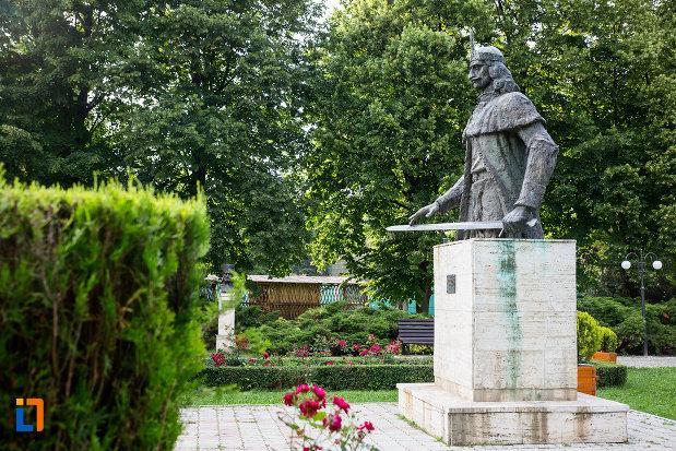 statuia-lui-vlad-tepes-din-targoviste-judetul-dambovita-vazuta-din-lateral.jpg