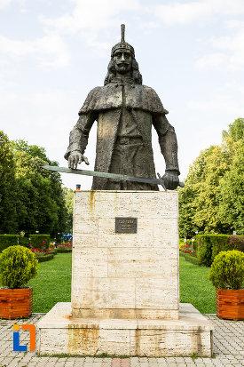 statuia-lui-vlad-tepes-din-targoviste-judetul-dambovita.jpg