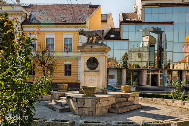statuia-lupa-capitolina-din-zalau-judetul-salaj.jpg