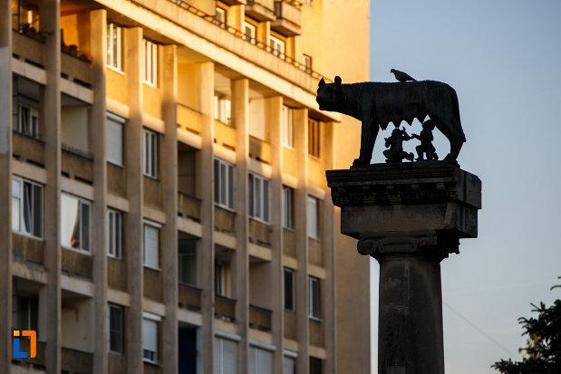 statuia-lupoaica-lupa-capitolina-din-timisoara-judetul-timis-imagine-cu-partea-de-sus.jpg