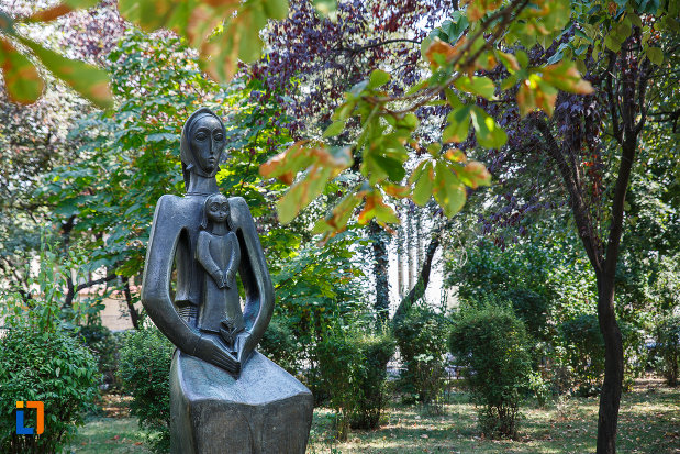 statuia-maternitate-din-ploiesti-judetul-prahova-vazuta-de-aproape.jpg