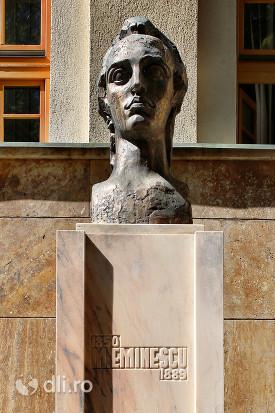 statuia-mihai-eminescu-satu-mare-de-aproape.jpg