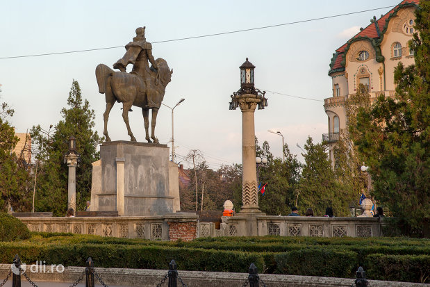 statuia-mihai-viteazu-din-oradea-judetul-bihor-vazuta-din-spate.jpg