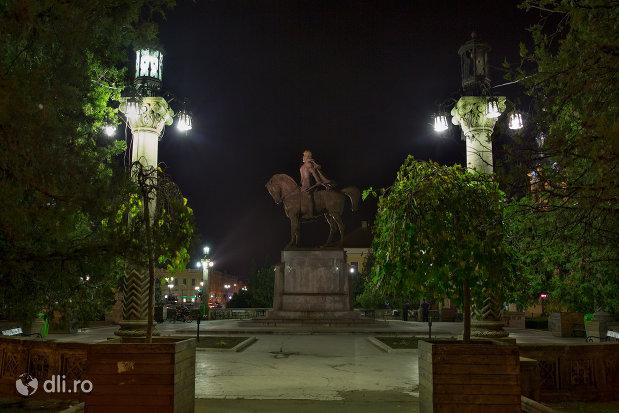 statuia-mihai-viteazu-din-oradea-judetul-bihor-vedere-di-lateral-pe-timp-de-noapte.jpg