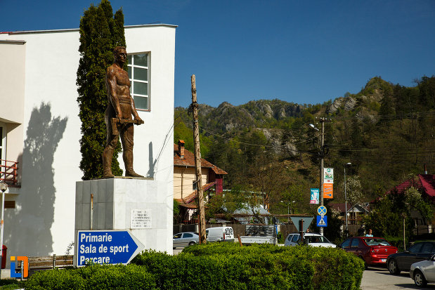 statuia-muncitorului-forestier-din-brezoi-judetul-valcea-vazuta-din-lateral.jpg