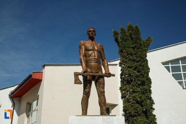 statuia-muncitorului-forestier-din-brezoi-judetul-valcea.jpg