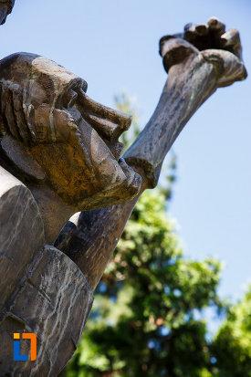 statuia-omul-tinta-din-timisoara-judetul-timis-imagine-cu-chipul-sculpturii.jpg