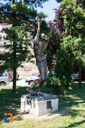 statuia-omul-tinta-din-timisoara-judetul-timis-vazuta-din-lateral.jpg