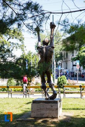 statuia-omul-tinta-din-timisoara-judetul-timis-vazuta-din-spate.jpg