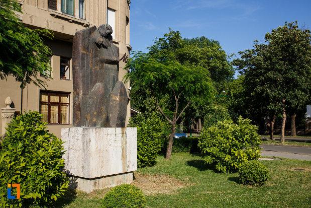 statuia-pieta-din-timisoara-judetul-timis-vazuta-din-lateral.jpg