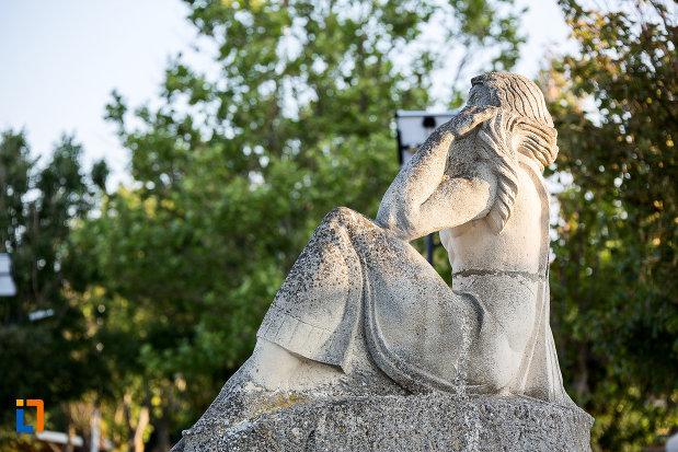 statuia-poezia-din-eforie-sud-judetul-constanta-vazuta-din-spate.jpg