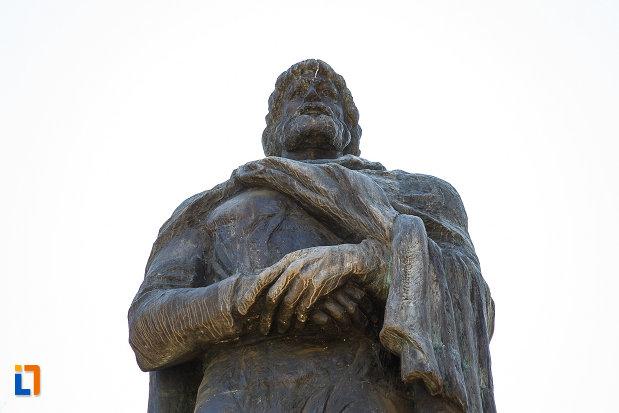 statuia-regelui-burebista-din-orastie-vazuta-de-jos.jpg