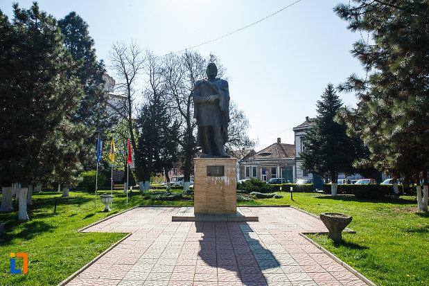 statuia-regelui-burebista-din-orastie.jpg