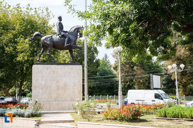 statuia-regelui-carol-i-din-calarasi-judetul-calarasi-vazuta-din-lateral.jpg