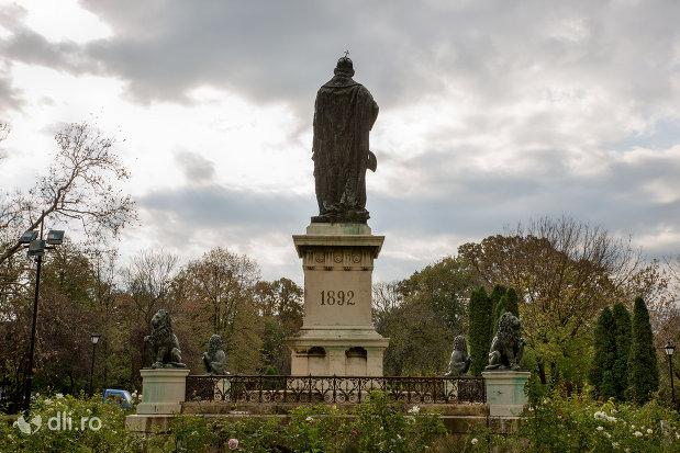 statuia-regelui-ladislau-i-din-oradea-judetul-bihor-vazuta-din-spate.jpg