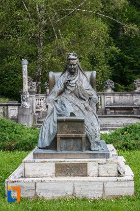 statuia-reginei-elisabeta-carmen-silva-a-romaniei-din-sinaia-judetul-prahova-fotografiata-din-fata.jpg