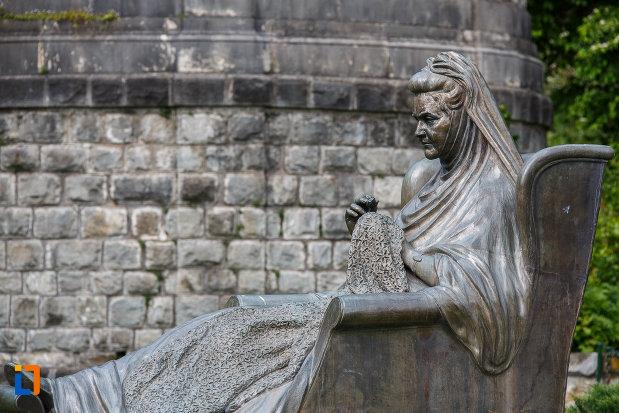 statuia-reginei-elisabeta-carmen-silva-a-romaniei-din-sinaia-judetul-prahova-vazuta-din-lateral.jpg