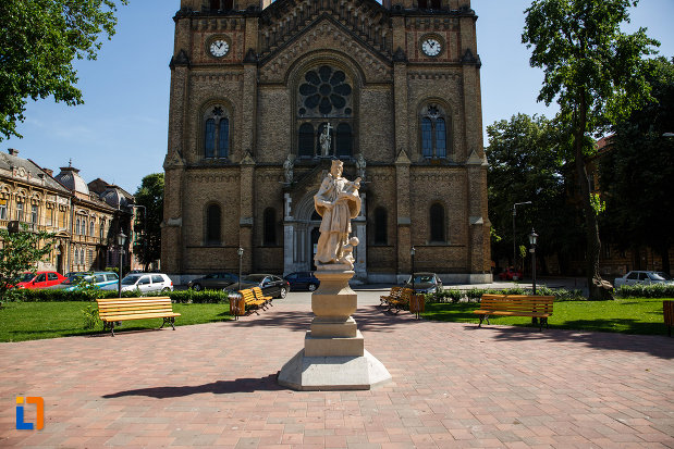 statuia-sf-ioan-nepomuc-din-timisoara-judetul-timis-vazut-de-la-distanta.jpg