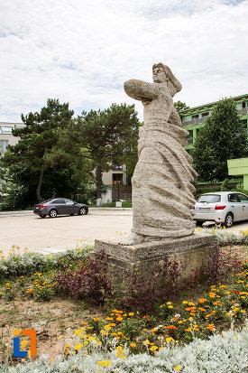 statuia-stiinta-si-sortul-din-eforie-nord-judetul-constanta-vazuta-din-lateral.jpg
