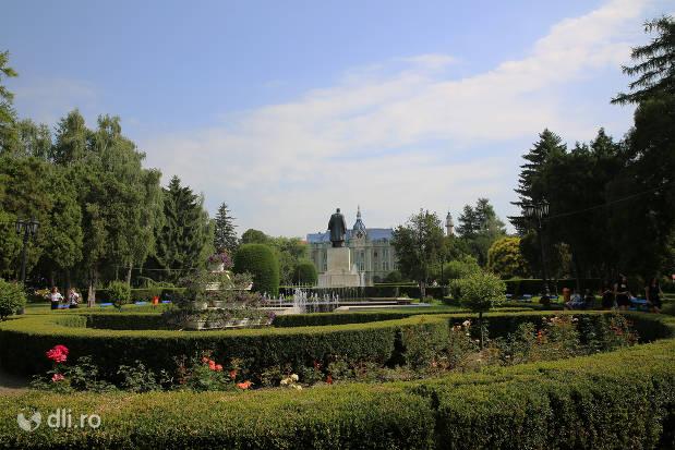 statuia-vasile-lucaciu-din-satu-mare-vedere-din-spate-peste-parc.jpg