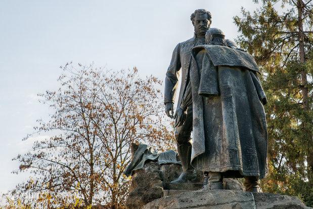 statuia-wesselenyi-din-zalau-judetul-salaj-vazuta-din-lateral.jpg
