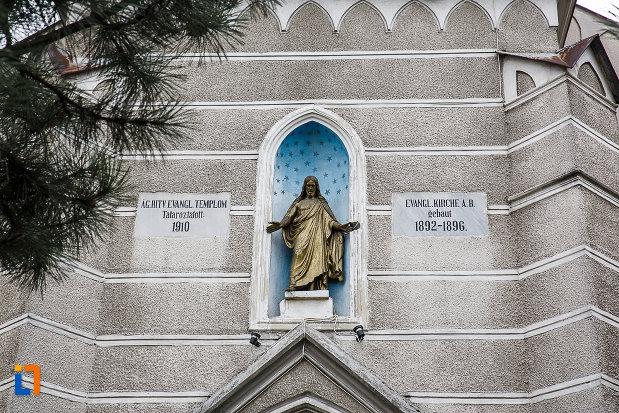 statuie-aflata-la-intrarea-in-biserica-evanghelica-din-petrosani-judetul-hunedoara.jpg