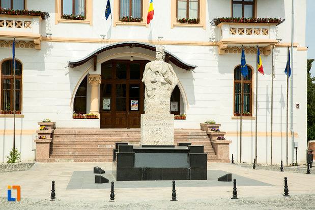 statuie-amplasata-in-fata-primariei-din-slatina-judetul-olt.jpg