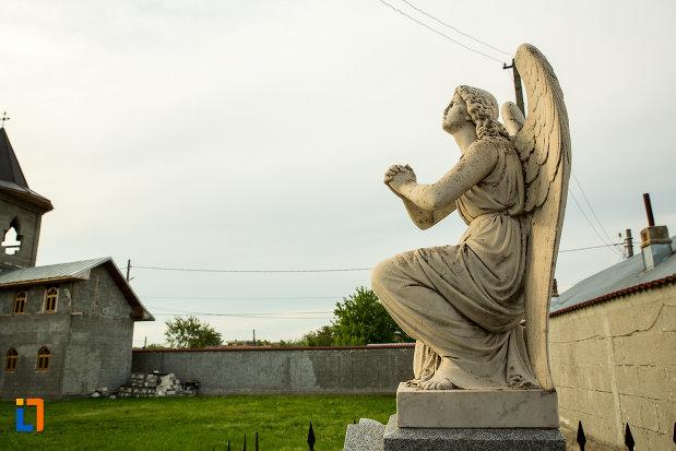 statuie-cu-inger-de-la-biserica-adormirea-maicii-domnului-din-draganesti-olt-judetul-olt-vazuta-din-lateral.jpg