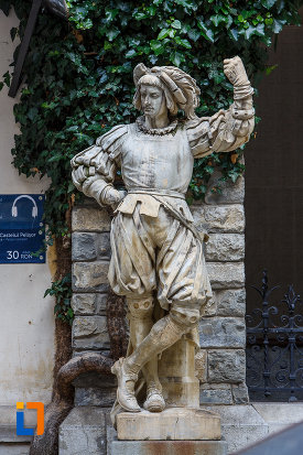 statuie-cu-personaj-medieval-castelul-peles-din-sinaia-judetul-prahova.jpg