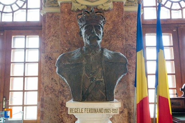 statuie-cu-regele-ferdinand-sala-unirii-1-decembrie-1918-din-alba-iulia-judetul-alba.jpg