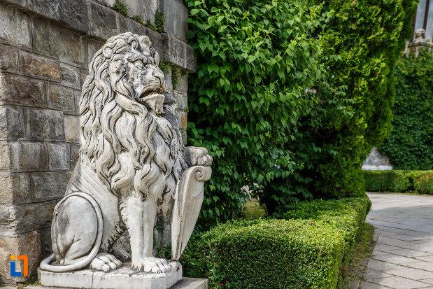 statuie-cu-simbol-regal-castelul-peles-din-sinaia-judetul-prahova.jpg
