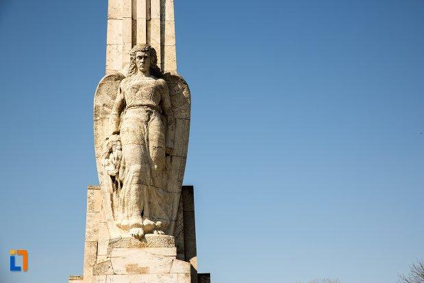 statuie-de-la-obeliscul-lui-horea-closca-si-crisan-din-alba-iulia-judetul-alba.jpg