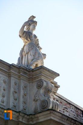 statuie-de-la-poarta-a-iii-a-a-cetatii-din-alba-iulia-judetul-alba-vazuta-din-lateral.jpg