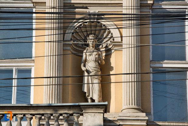 statuie-de-pe-casa-municipala-de-cultura-din-cluj-napoca-judetul-cluj.jpg