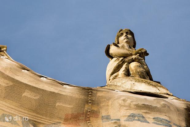 statuie-de-pe-palatul-apollo-din-oradea-judetul-bihor.jpg