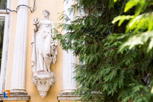 statuie-din-exterior-casa-garabet-ciolac-din-botosani-judetul-botosani.jpg