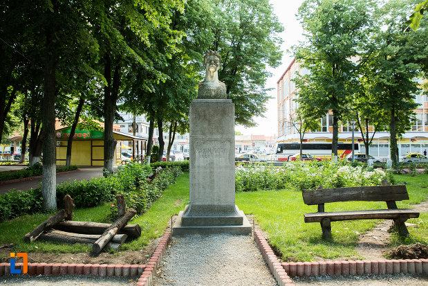 statuie-din-gradina-publica-sau-parcul-central-din-tecuci-judetul-galati.jpg