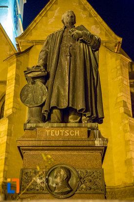 statuie-din-orasul-sibiu-judetul-sibiu-vazuta-noaptea.jpg