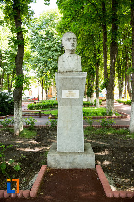 statuie-expusa-in-gradina-publica-sau-parcul-central-din-tecuci-judetul-galati.jpg