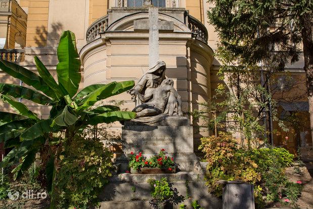 statuie-exterioara-biserica-romano-catolica-coborarea-sfantului-duh-din-oradea-judetul-bihor.jpg