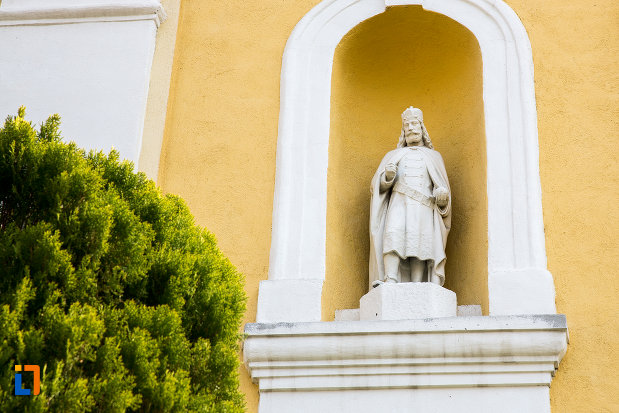 statuie-exterioara-biserica-romano-catolica-din-oravita-judetul-caras-severin.jpg