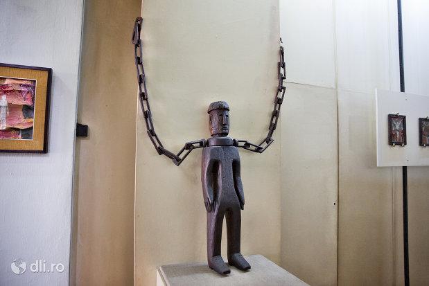 statuie-in-lanturi-din-muzeul-etnografic-al-maramuresului-din-sighetu-marmatiei-judetul-maramures.jpg
