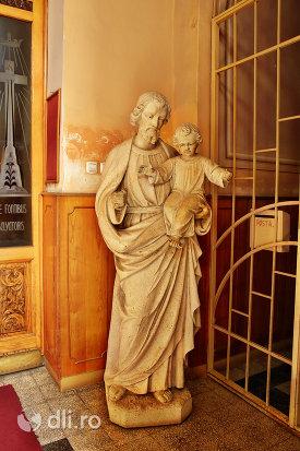statuie-la-intrarea-in-biserica-zarda-din-satu-mare-judetul-satu-mare.jpg