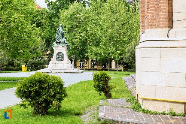 statuie-langa-ansamblul-bisericii-sf-treime-din-craiova-judetul-dolj.jpg