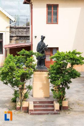 statuie-langa-biserica-romano-catolica-maria-zapezii-1848-din-resita-judetul-crasa-severin.jpg