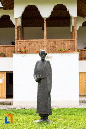 statuie-langa-muzeul-tiparului-si-al-cartii-romanesti-vechi-din-targoviste-judetul-dambovita.jpg